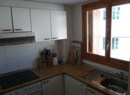 cocina completa con gran ventana