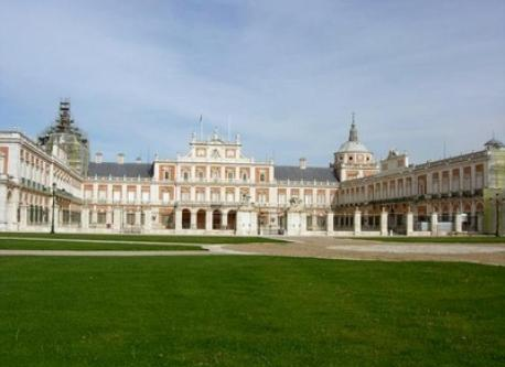 Royal Palace of Aranjuez to 2 km from home.