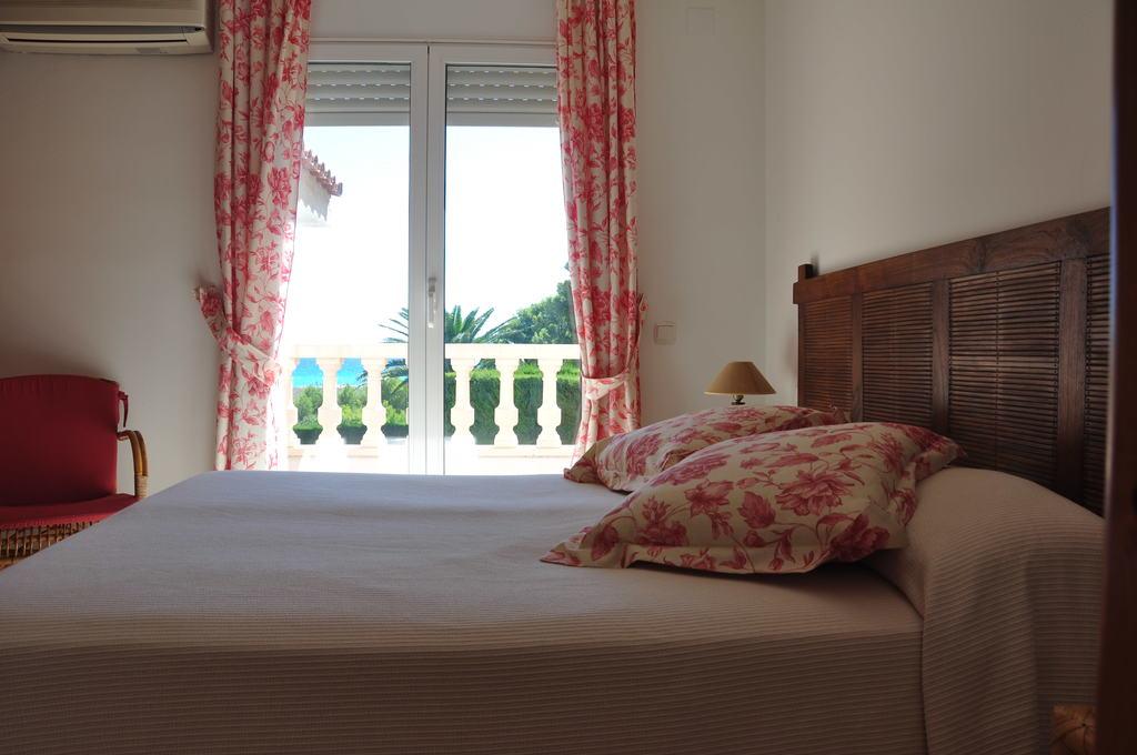 dormitorio principal con terraza y vistas al mar