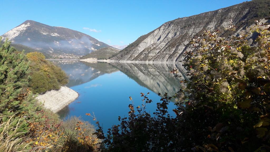 Angles surplombe le lac de Castillon, sur le Verdon, entre Mercantour et Gorges du Verdon.