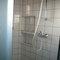 coin douche et lavabo,  dans la salle de bain