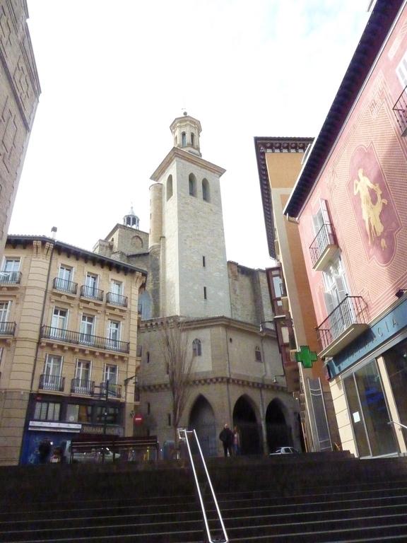 Pamplona centro . Ciudad a 90 Km.