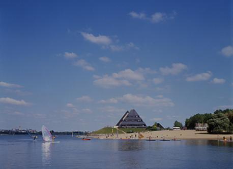 le lac et sa plage surveillée