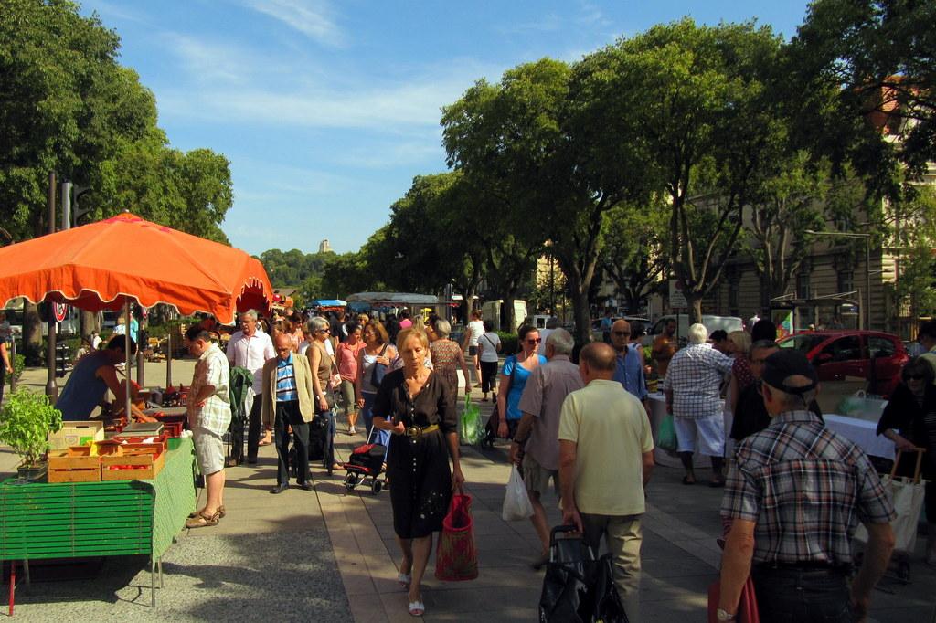 Le marché des producteurs sur les Allées Jean Jaurès, près de la Résidence. The farmer market.