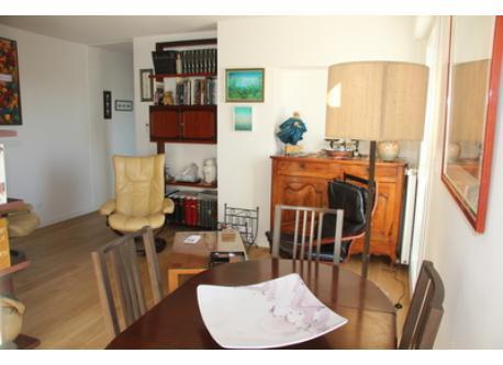 Le séjour et le coin repas. Living-room and dining corner.