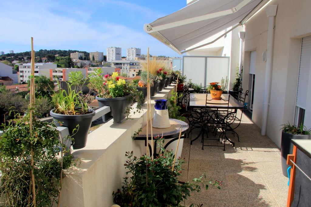 Vue sur les collines de Nîmes depuis notre balcon-terrasse. The see on the hills from our balcony-terrace.