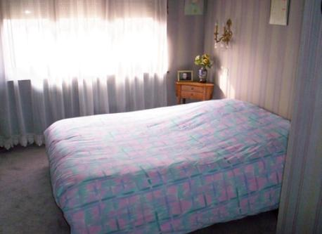 une chambre ( queen bed )