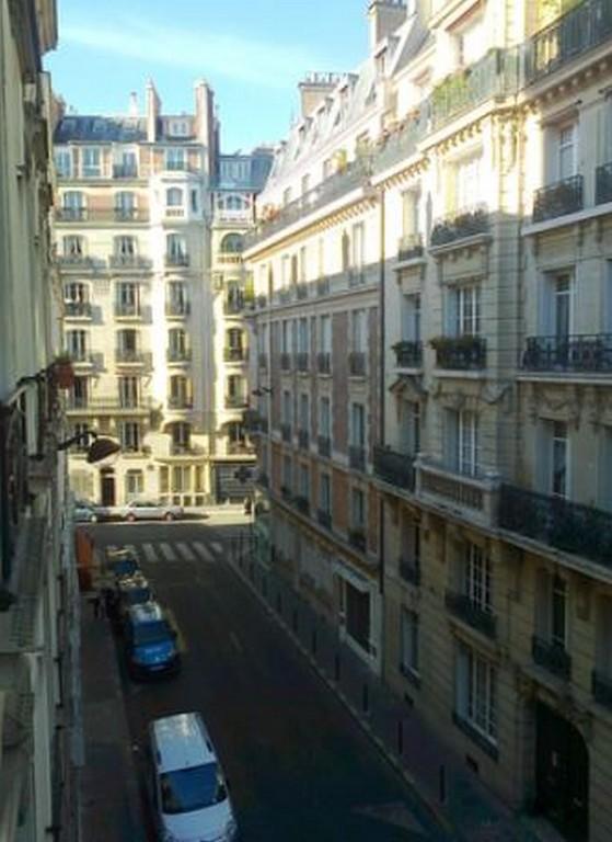La rue vue d'une fenêtre