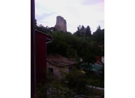 vue sur la tour magne depuis le jardin