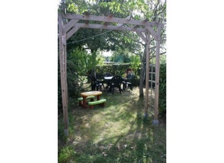 Jardin d'été ombragé