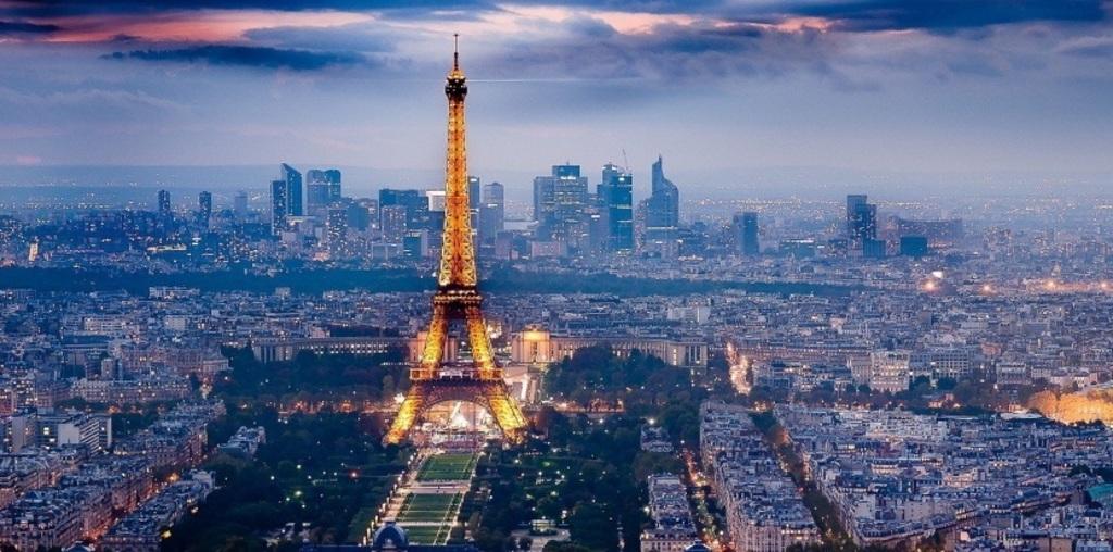 The Eiffel Tower(open until 11 p.m.)