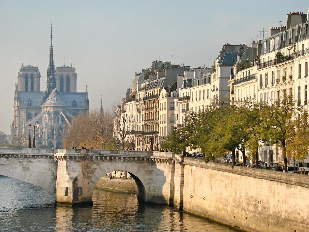 Notre Dame and île Saint Louis in the center of Paris