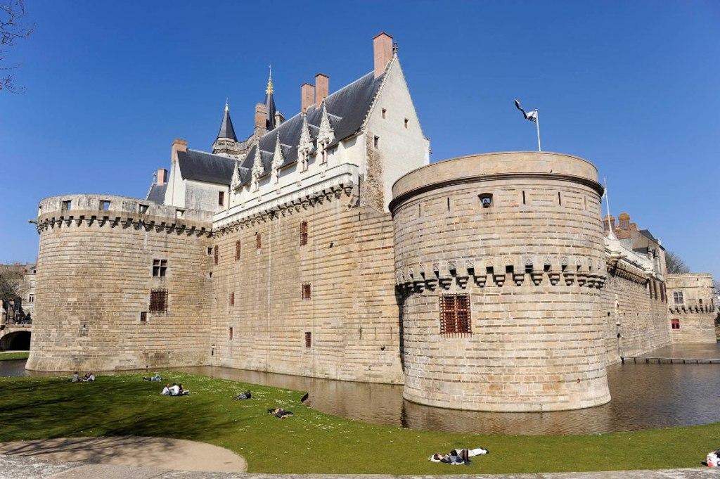 Castel of Nantes / Château de Nantes / Castillo de Nantes - 15 km