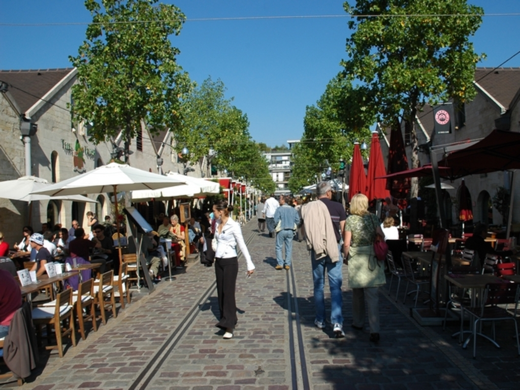 Cours St Emilion Paris - shops and restaurants