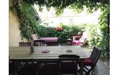 La terrasse ombragée pour les repas et petit dejeuner