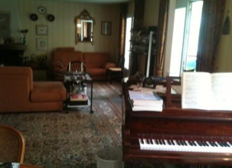vue séjour avec piano quart queue