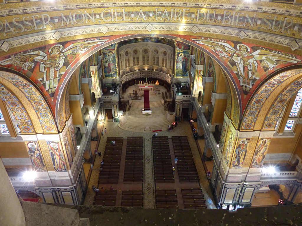 Lisieux : nef de la basilique Sainte Thérèse (photo Jen & Dirk)