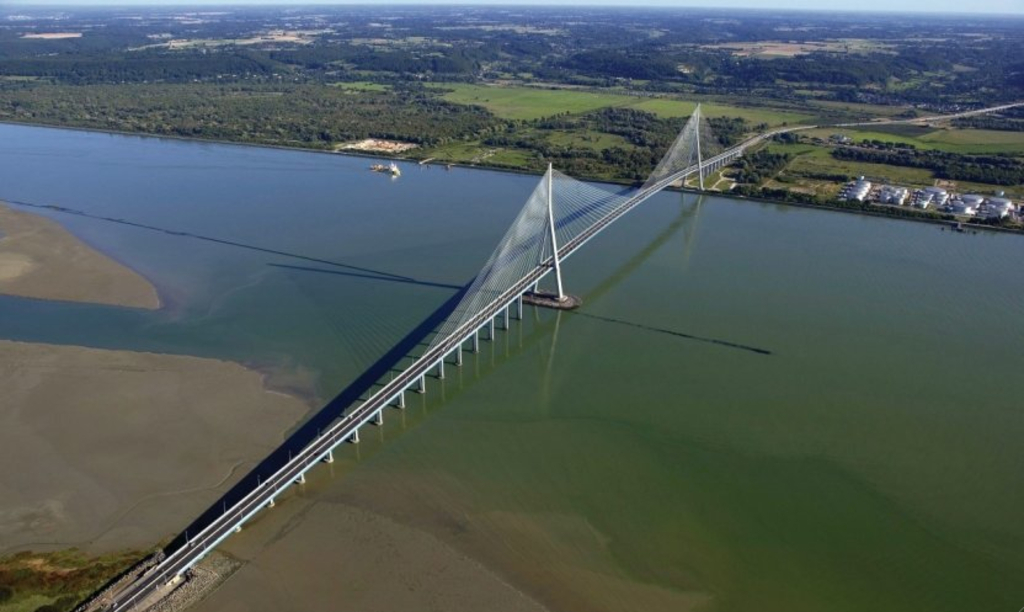 Le Pont de Normandie au-dessus de la Seine, reliant Honfleur-Le Havre