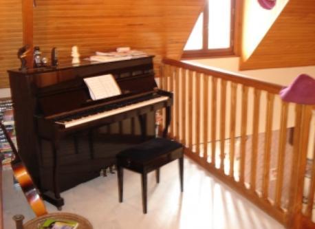 la mezzanine avec un piano et une batterie complète