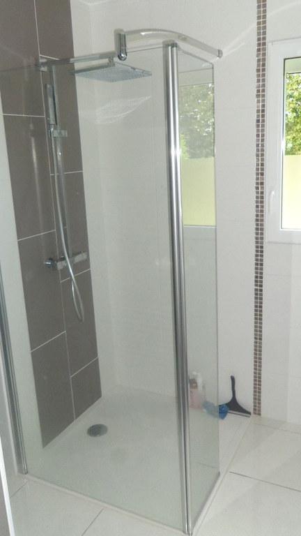 salle de bains attenante à la chambre du rez-de-chaussée