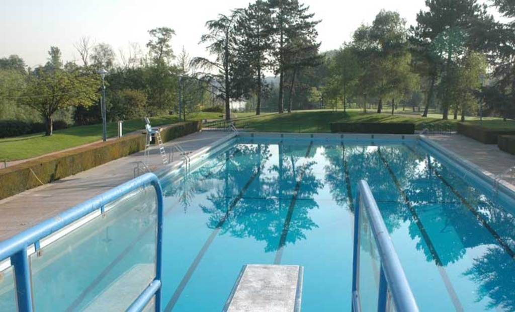 "Outdoor swimming pool in a park on ""Ile des Migneaux"" in Poissy"