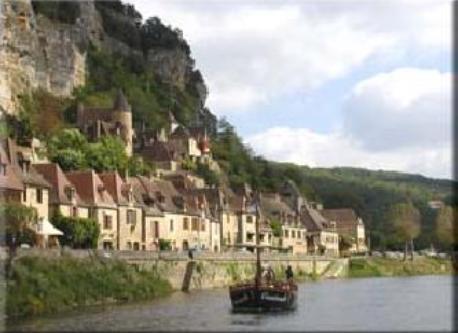 Gabares à Beynac sur la Dordogne.