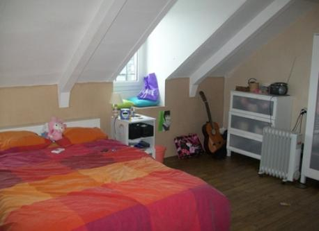5th bedroom with a doublebed , a desk and a private shower.