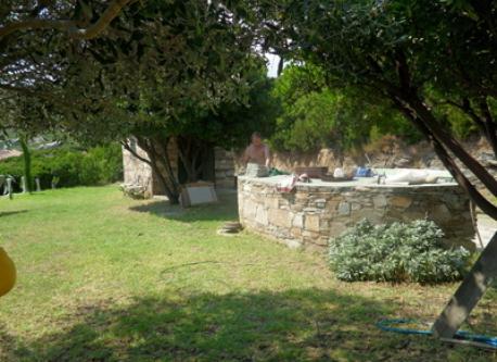 une autre terrasse avec table en pierre, etc