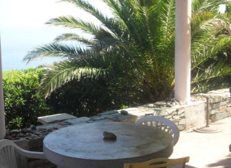 petite table ronde en béton sur la terrasse