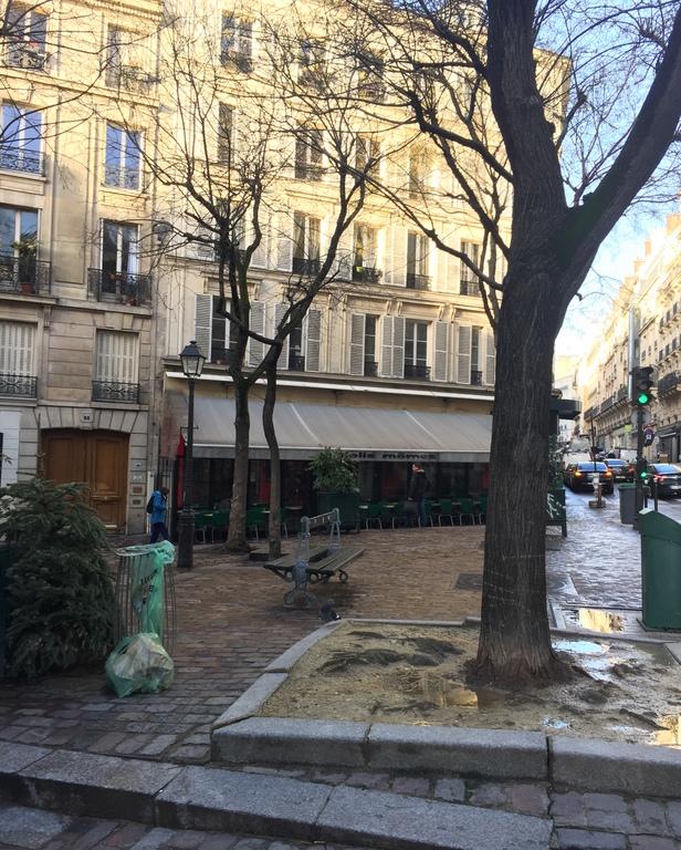 'Jolie Mômes' Terrace across the street