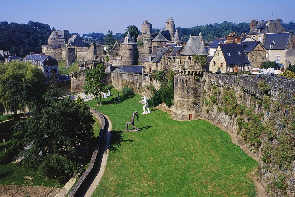 Fougères (Arts et History town) (35 minutes):  ramparts and its castle