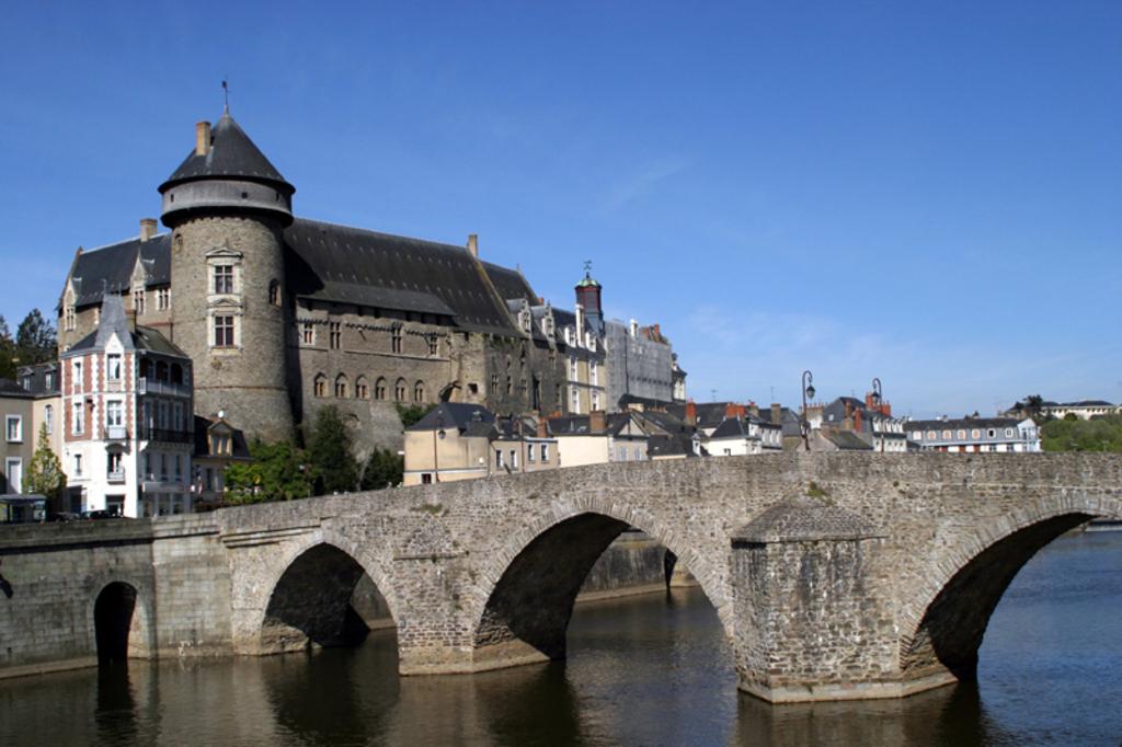Laval (10 km): visites de la vieille ville, du vieux château avec son musée d'Arts Naïfs.