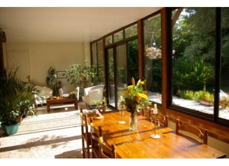 La cuisine véranda de 50m² plein est devant le jardin.