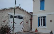 maison avec une grande cour devant sans vis à vis