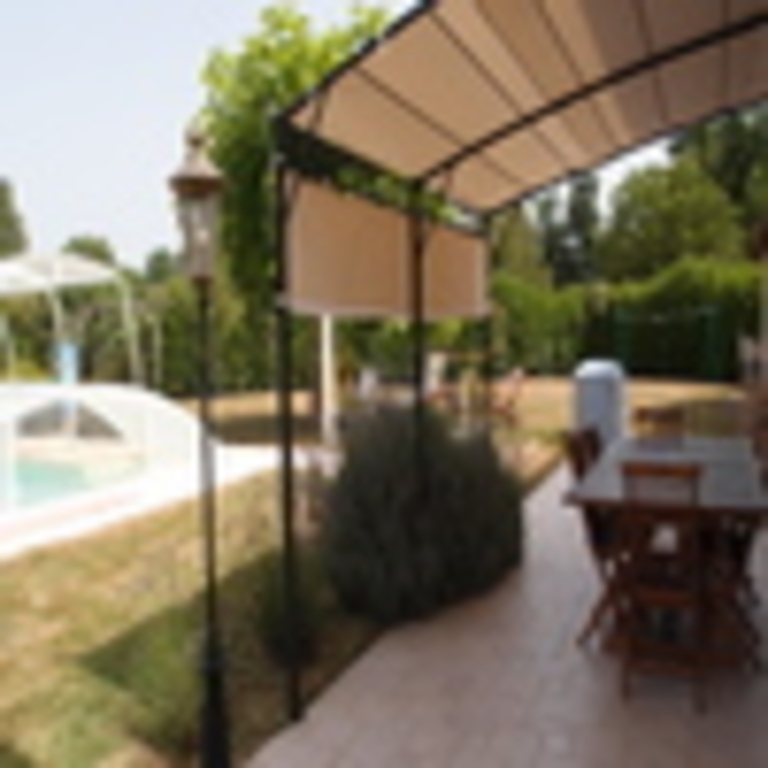 Terrasse entre la maison et la piscine