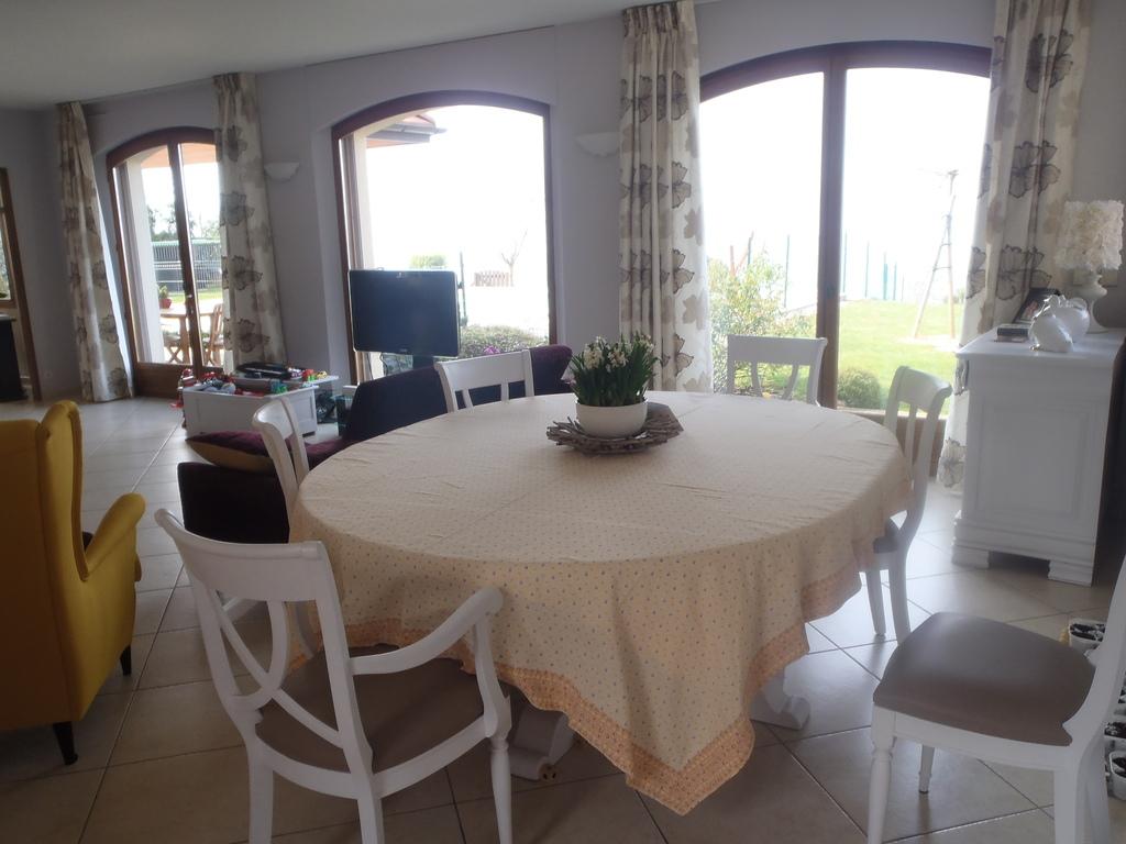 salle à manger et salon (50 m2),  avec vue lac