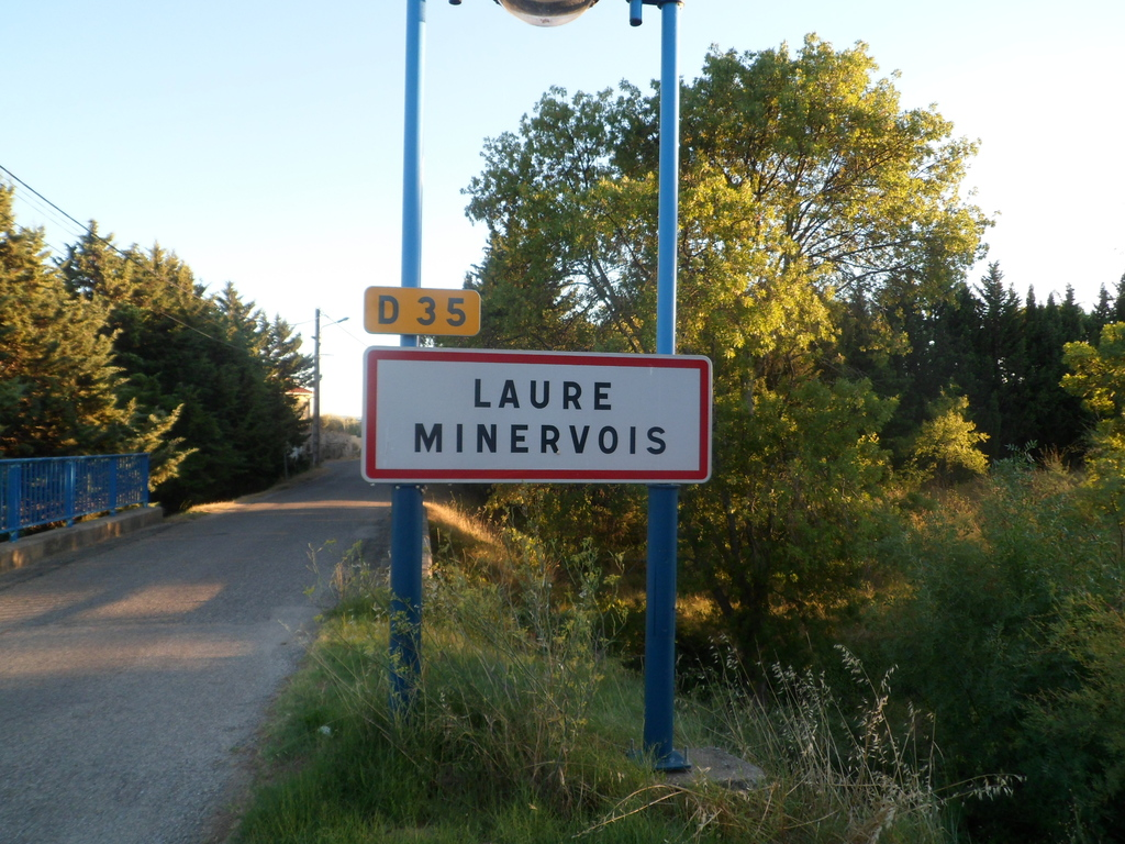 Une des quatre entrées à Laure Minervois : Bienvenue