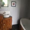 La salle de bains , la baignoire.