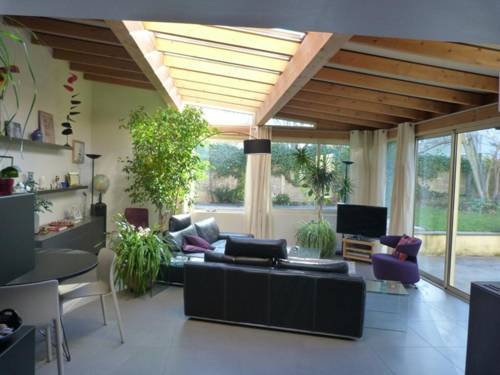Le séjour ouvert sur le jardin et la piscine