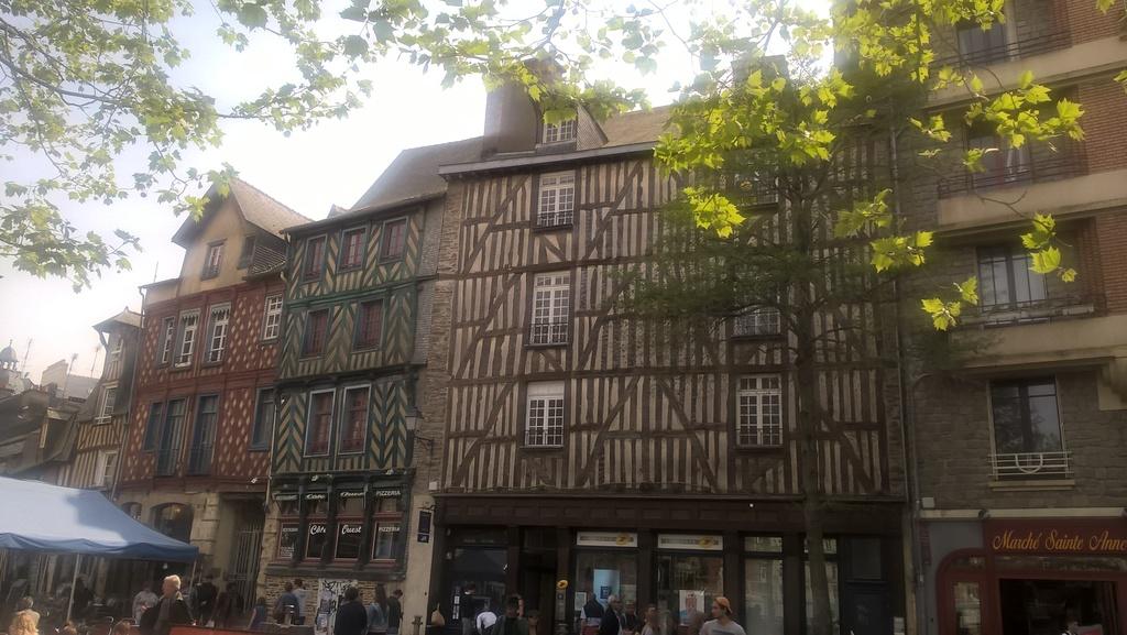 Rennes, capitale de la Bretagne (110 km) La place Sainte-Anne