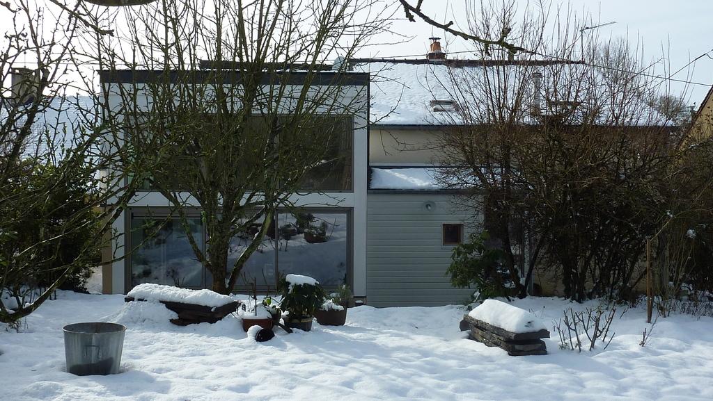 La maison vue du jardin en hiver
