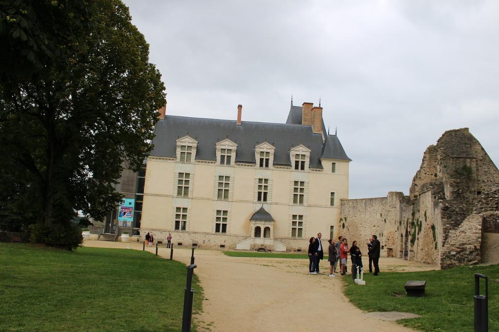 Sainte Suzanne (7 km) : la cour du château, le logis Renaissance.