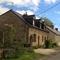 La maison est bordée d'une petite route de campagne très peu fréquentée.