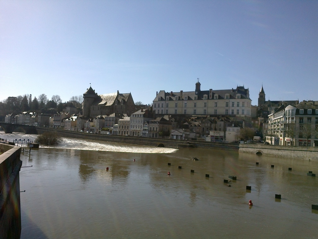 Laval (35 km), vue sur le Château et la rivière La Mayenne