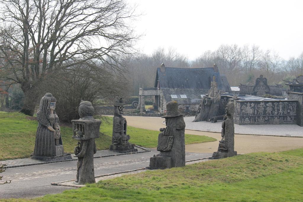 Le Musée Robert Tatin à Cossé-Le-Vivien (54 km), l'Allée des Géants