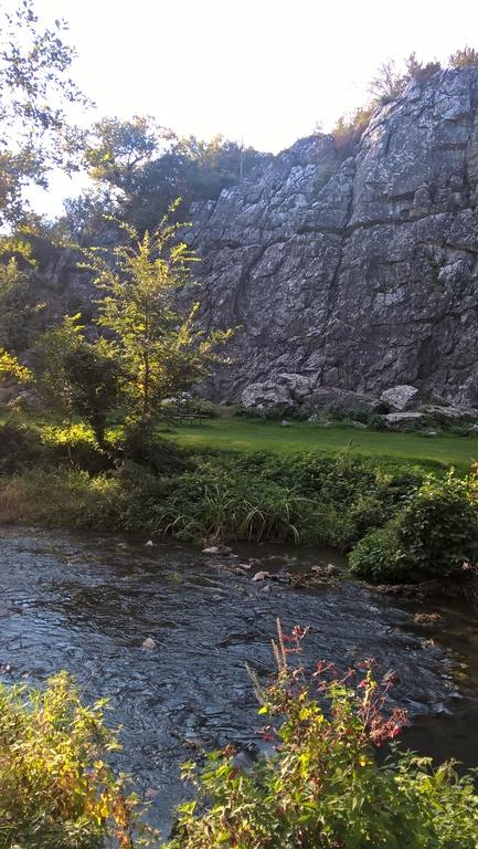 Site d'escalade et grottes, préhistoire, à Saulges (11 km)