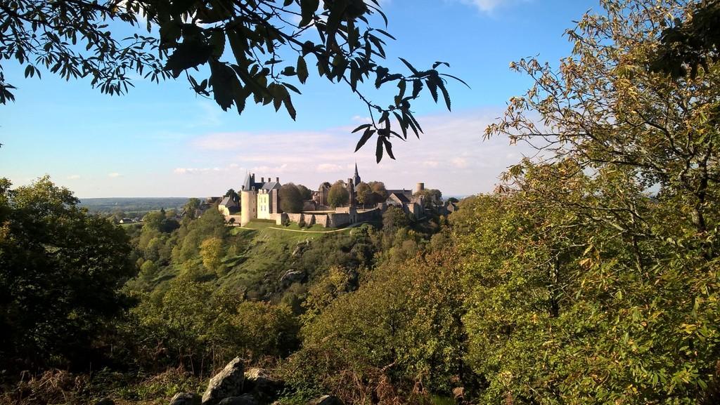 La forteresse médiévale de Sainte-Suzanne (7 km) vue du Tertre Ganne