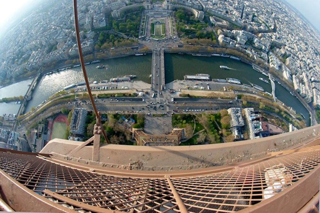 Paris (Tour Eiffel: 23km; 30 min)