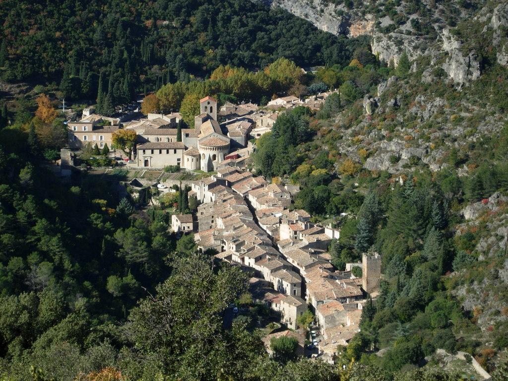 medieval village of St-Guilhem-Le-Désert (55 mn)