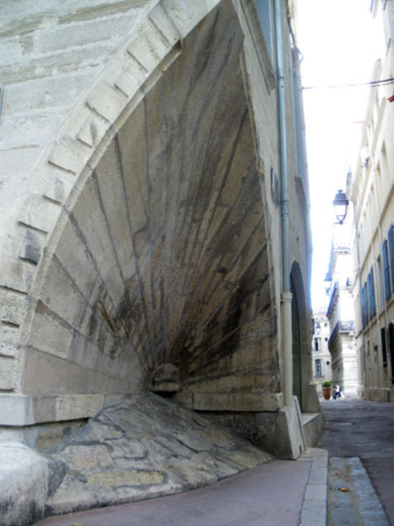 reference to the pilgrimage of Saint-Jacques-de-Compostelle in an old street of Montpellier, 10 mn by tram